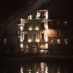 Hôtel Orque Bleue façade éclairée de nuit